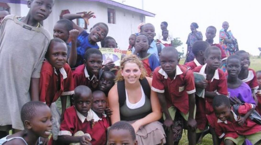 Voluntaria de educación junto a sus estudiantes en Sudáfrica.